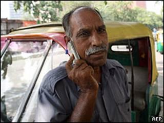 Un hombre con un celular en la India. Foto de archivo