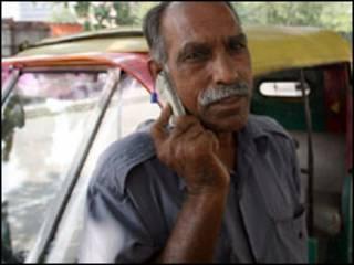 Taxista indiano utiliza telefone celular (AFP, 9/2007)