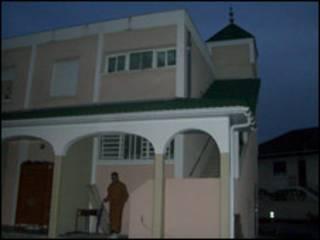 Здание мечети в городе По