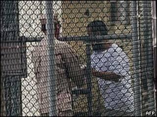 古巴關塔那摩灣美軍扣留設施內一名中國維族囚徒與守衛交談(1/6/2009)