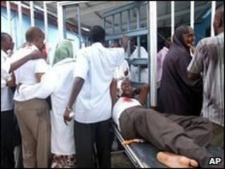 Feridos chegam a um hospital de Mogadíscio depois de ataque no hotel Shamo