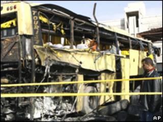 Hombre observa el autobús destrozado