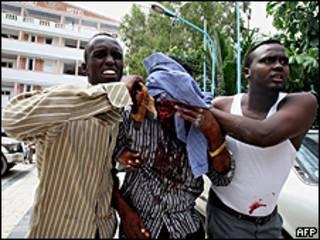 Estudiantes asisten a compañero herido.