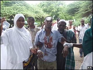 Vítima do ataque em Mogadíscio é levada para hospital