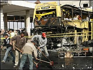 Ônibus danificado por explosão em Damasco