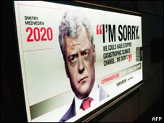 """Плакат с изображением президента России Дмитрия Медведева в Копенгагене гласит: """"Простите меня. Мы могли остановить катастрофическое изменение климата, но не остановили"""""""