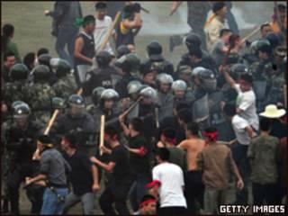 Полиция подавляет беспорядки