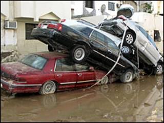 سيارات دمرت بالسيول