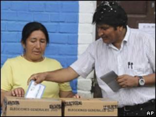O presidente da Bolívia, Evo Morales, vota em Villa 14 de Septiembre, neste domingo (AP)