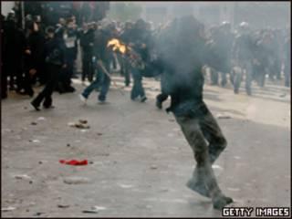 Manifestantes em rua de Atenas neste domingo (Getty Images)