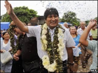 O presidente da Bolívia, Evo Morales, é recebido por simpatizantes pouco antes de votar neste domingo (AFP)