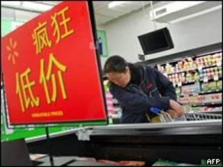 北京某超市內消費者查看減價貨品(11/11/2009)
