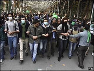 Foto obtida pela AP mostra protestos de estudantes no campus da Universidade de Teerã