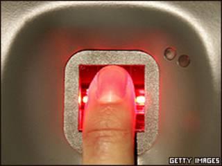 Un dedo en un panel de control biométrico