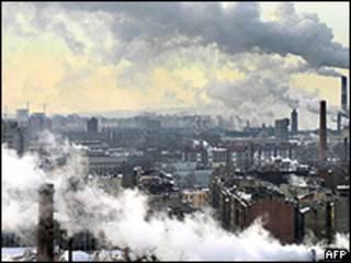 Дым заводских труб над Санкт-Петербургом