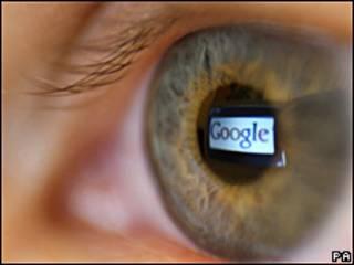 Logotipo de Google reflejado en un ojo.