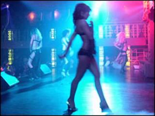 Обнаженные женщины в ночном клубе в Ульяновске (фото Михаила Белого)
