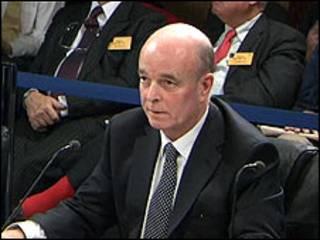 Сэр Джон Скарлетт дает показания членам комиссии