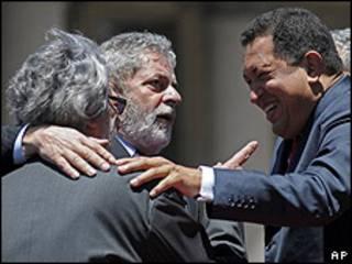 Fernando Lugo (de espaldas), Luis Inacio Lula da Silva y Hugo Chávez