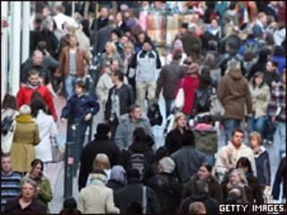 Улица Лидса, заполненная людьми