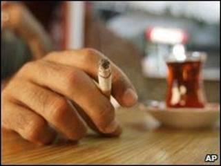 Курильщик в пабе