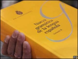 Un hombre sostiene ejemplar de la nueva gramática de la lengua española