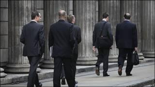 Persona caminando en la City de Londres