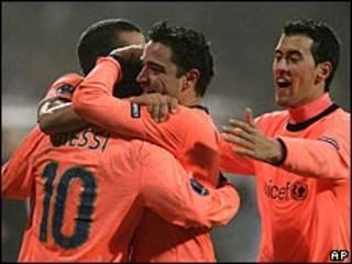 لاعبو برشلونة يحتفلون بهدف الفوز على دينامو كييف