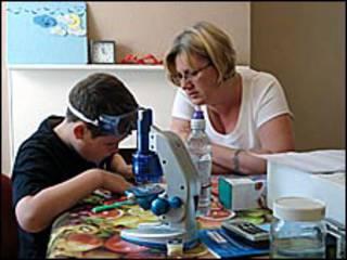 父母在家自己辅导子女读书