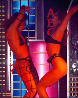 Две женщины танцуют в ночном клубе в Москве (архивное фото)