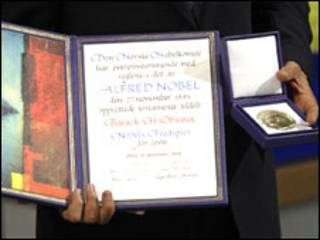الرئيس الأمريكي متسلما الجائزة