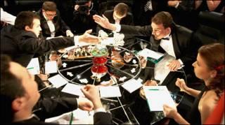 """Игроки сидят за круглым столом во время телеигры """"Что? Где? Когда?"""" (фото предоставлено авторами программы)"""