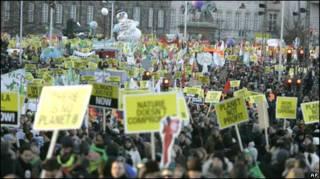 Manifestantes protestam em Copenhague no sábado, 12/12