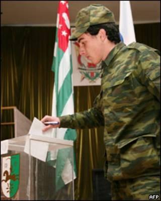 Голосующий солдат в Абхазии
