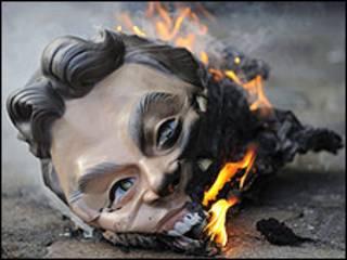 محتجون يحرقون قناع يمثل بلير