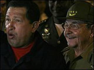 راؤول كاسترو (الى اليمين) وشافييز
