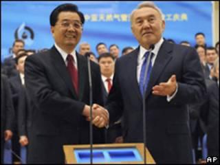 El presidente chino Hu Jintao y el de Kazajistán Nursultan Nazarbayev en la inauguración del tramo kazajo del gasoducto