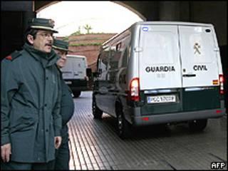 Полиция Испании увозит задержанных