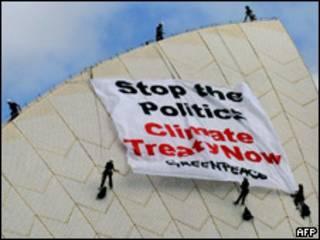 """Плакат активистов в Копенгагене: """"Хватит политики! Соглашение по климату сегодня!"""""""