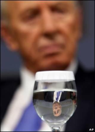 Шимон Перес и стакан воды