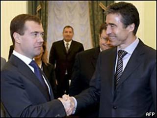 آندرس فوق راسموسن دبیر کل ناتو و دمیتری مدودف رئیس جمهور روسیه