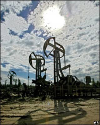 Нефтяные вышки в Тюменской области