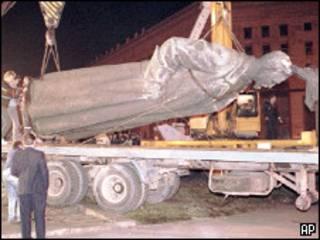 Памятник Дзержинскому снимают с постамента на Лубянской площади в 1991 году