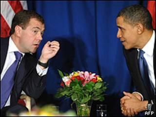 Dmitry Medvedev, presidente de Rusia (izq.) y Barack Obama, presidente de EE.UU