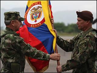 Entrega la bandera a batallón en Colombia (Foto: Ejército de Colombia)