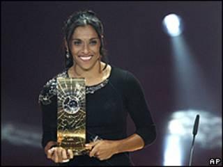 Marta recebe o prêmio da Fifa em Zurique