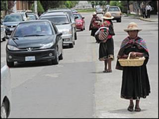 Los potosinos aprovechan el semáforo en rojo para pedir monedas.