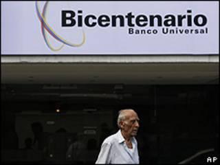 Un cliente sale de una oficina del Banco Bicentenario en Caracas, Venezuela