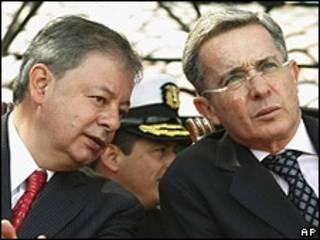 Presidente Uribe de Colombia escucha al ministro de Defensa Gabriel Silva