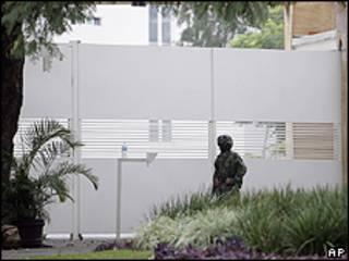 Un militar monta guardia en el complejo de apartamentos de Cuernavaca